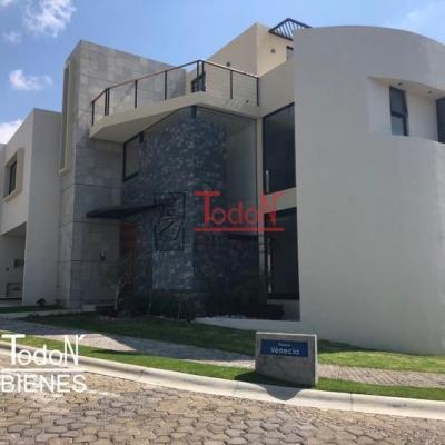 Casa en esquina con 3-4 recámaras con baño, Lomas de Angelópolis (JH/C8-V283)